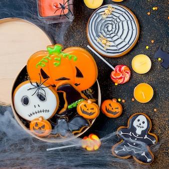 Halloween con pan di zenzero, zucche e candele