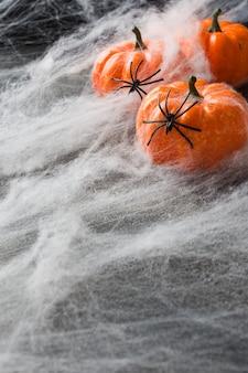 Halloween con zucche colorate e ragnatela