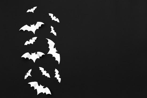 Halloween e concetto della decorazione - volata dei pipistrelli di carta