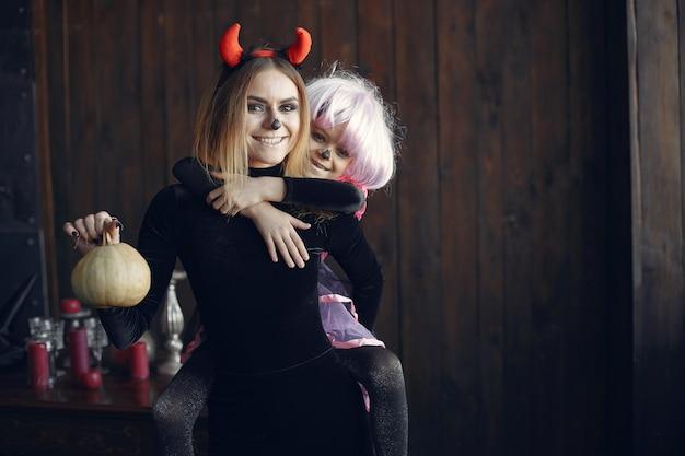 Halloween. madre e figlia in costume di halloween. famiglia a casa.