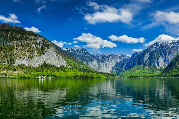 Hallstatter vedi il lago di montagna in austria