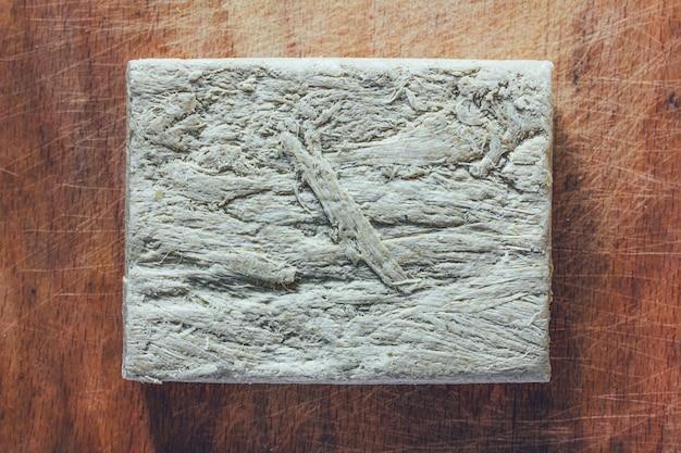 Halva dolce della mattonella dalla fine di vista superiore dei semi di girasole su isolata su fondo bianco