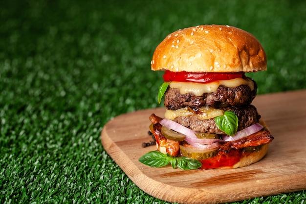 Hamburger americano con due cotolette succose.