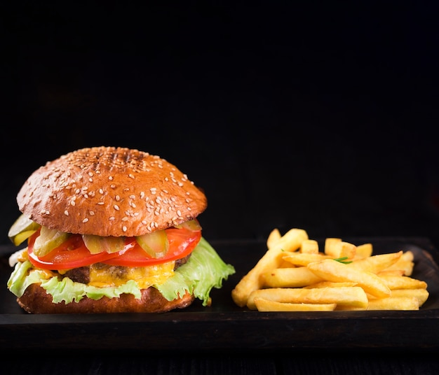 Hamburger americano pronto per essere servito con patatine fritte