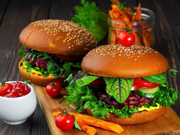 Hamburger appena vegano con cotolette di barbabietola, verdure fresche, carote grigliate, pomodori e salsa al curry