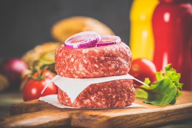 Hamburger casalinghi sulla tavola di legno, fine su