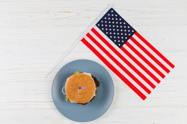 Hamburger con bandiera americana