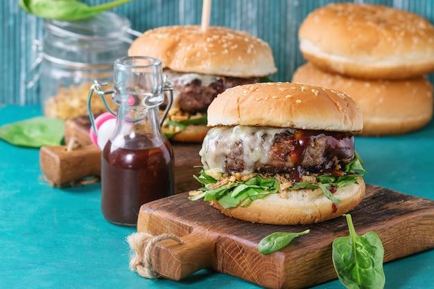Hamburger con carne di manzo e spinaci