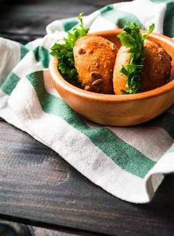 Hamburger con lattuga in una ciotola di bambù