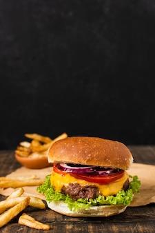 Hamburger con patatine fritte e copia spazio