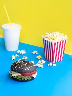 Hamburger con soda e popcorn