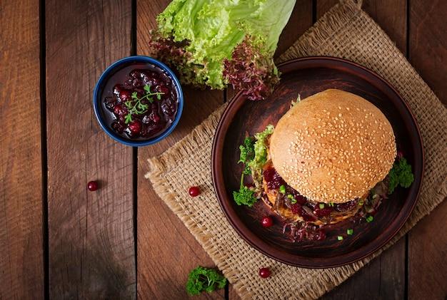 Hamburger con succoso hamburger di tacchino con formaggio, cipolle caramellate e salsa di mirtilli rossi. vista dall'alto