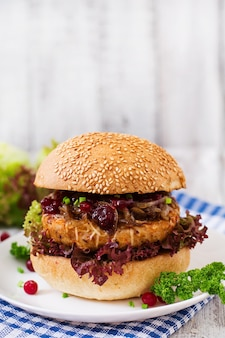 Hamburger con succoso hamburger di tacchino con formaggio, cipolle caramellate e salsa di mirtilli rossi
