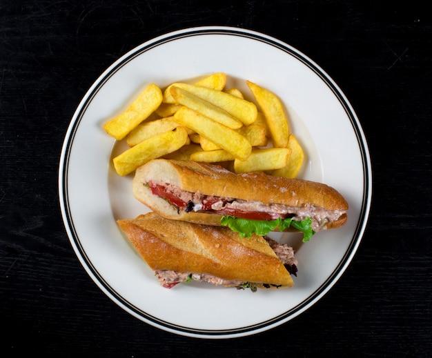 Hamburger con tonno e patatine fritte