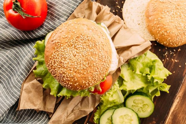 Hamburger degli alimenti a rapida preparazione fatti casa su fondo rustico
