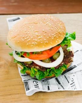 Hamburger del primo piano dell'angolo alto sul giornale