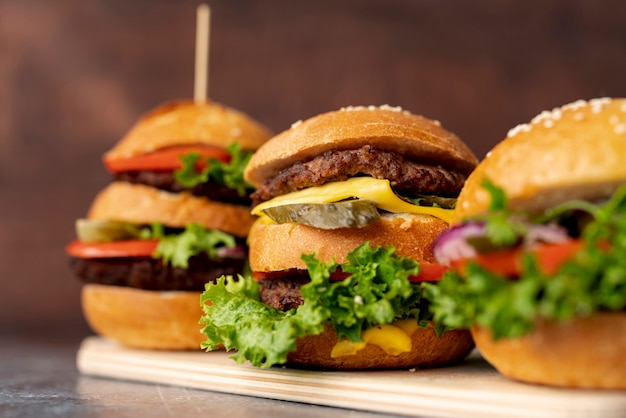 Hamburger del primo piano sul tagliere