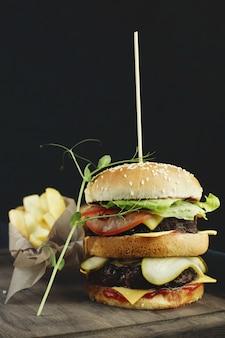 Hamburger deliziosi con carne di manzo, pomodoro, formaggio e lattuga