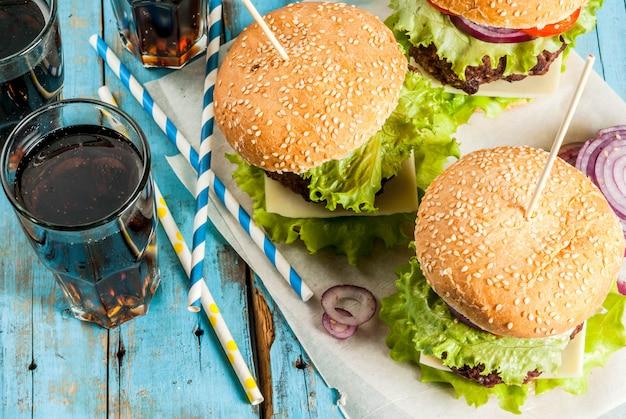 Hamburger deliziosi gustosi con cotoletta di manzo, verdure fresche e formaggio