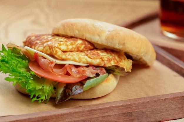 Hamburger delizioso con piatto colazione frittata da vicino