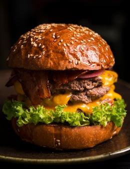 Hamburger delizioso doppio manzo con formaggio