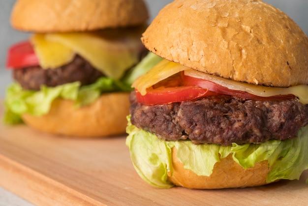Hamburger delizioso primo piano con i pomodori