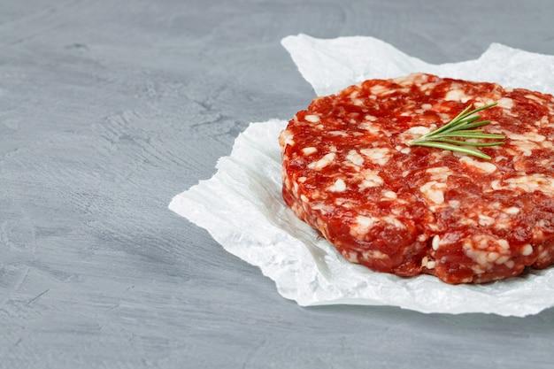 Hamburger di bistecca di manzo tritato fatto in casa crudo fresco