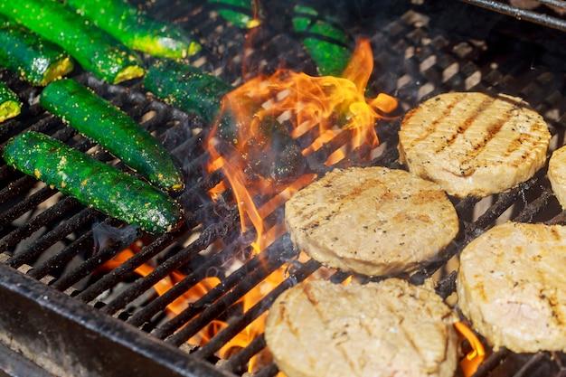 Hamburger di carne di manzo o di maiale per hamburger preparati alla griglia