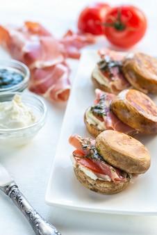 Hamburger di funghi con jamon, crema di formaggio e salsa di menta