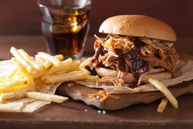 Hamburger di maiale tirato fatto in casa con insalata di cavolo e salsa barbecue e patatine fresche