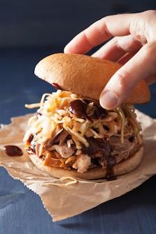 Hamburger di maiale tirato fatto in casa con insalata di cavolo e salsa barbecue