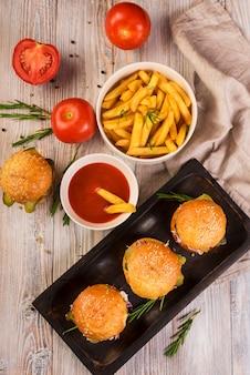 Hamburger di manzo ad alto angolo con deliziose patatine fritte
