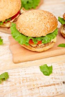 Hamburger di manzo artigianale sul tavolo di legno