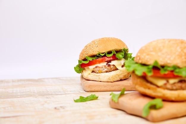 Hamburger di manzo artigianale sul tavolo di legno.