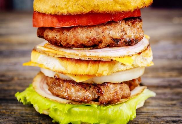 Hamburger di manzo con carne e verdure grigliate