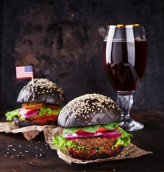 Hamburger di manzo con panino nero