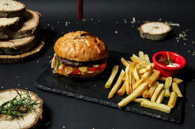 Hamburger di manzo con patatine fritte