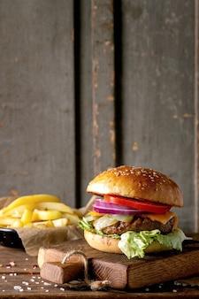 Hamburger di manzo fatto in casa con patatine fritte