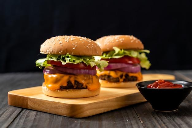 Hamburger di manzo fresco gustoso con formaggio e ketchup