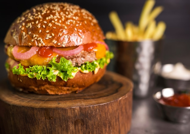 Hamburger di manzo pronto per essere servito primo piano con la cipolla