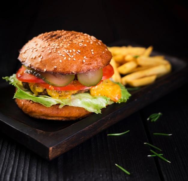 Hamburger di manzo pronto per essere servito