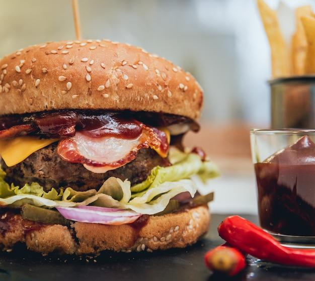 Hamburger di pancetta con manzo e patatine fritte