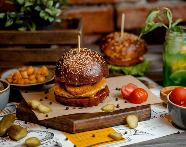 Hamburger di pollo con anelli di cipolla, formaggio cheddar
