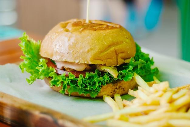 Hamburger di pollo fatto in casa con patatine fritte