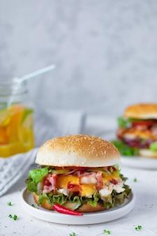 Hamburger di pollo fresco fatto in casa