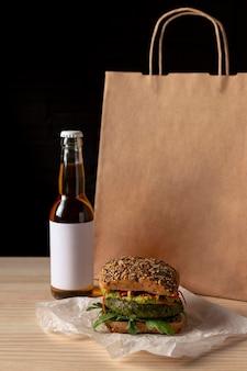 Hamburger di vista frontale con borsa di consegna