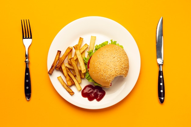 Hamburger di vista superiore con patatine fritte