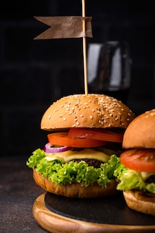 Hamburger e cheeseburger con pomodoro