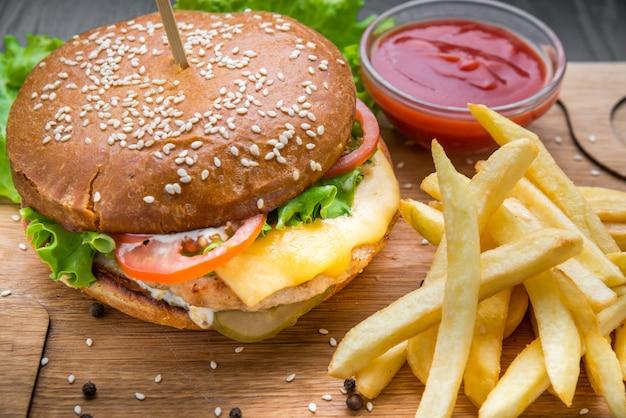 Hamburger e patate fritte deliziosi del manzo