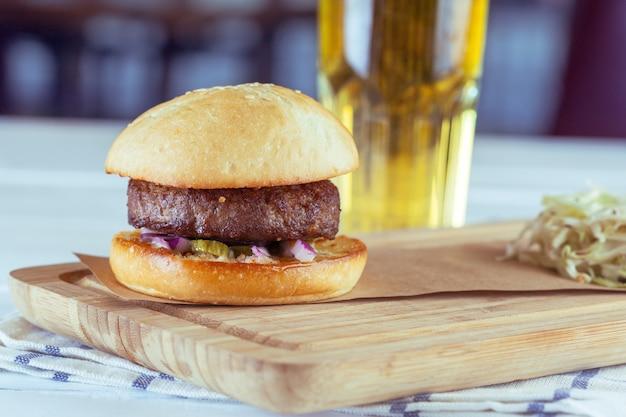 Hamburger fatti in casa su fondo in legno
